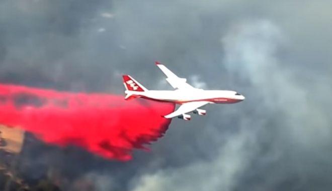 Εντυπωσιακό πλάνο από την συμμετοχή του Boeing747 σε κατάσβεση πυρκαγιάς