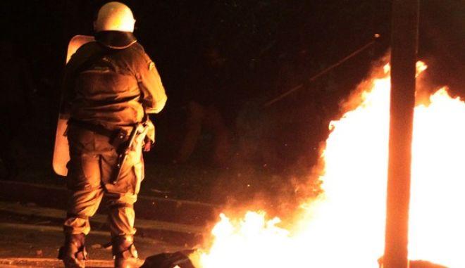 Νέος γύρος επιθέσεων με βόμβες μολότοφ τη νύχτα γύρω από το Πολυτεχνείο