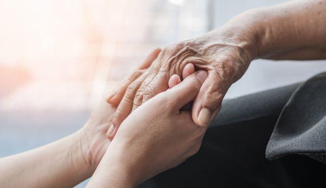 Κορονοϊός: Διπλάσιος ο κίνδυνος για τους ανθρώπους με άνοια