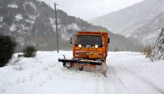 Με το χιόνι να ξεπερνά το μισό μέτρο υποδέχθηκαν οι κάτοικοι του χωριού Σπηλιά στον Κίσσαβο τον χειμώνα. Τα εκχιονιστικά μηχανήματα από το πρωί προσπαθούν να κρατήσουν τον δρόμο καθαρό , για να μην αποκλεισθούν τα μαντριά που βρίσκονται στην περιοχή. (EUROKINISSI)