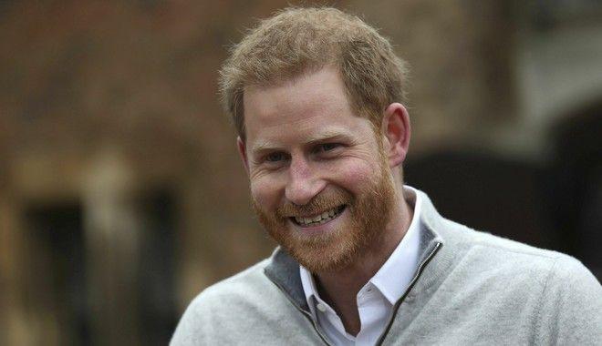 Ο πρίγκιπας Χάρι ανακοινώνει τη γέννηση του γιου του στον Τύπο