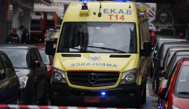 Ασθενοφόρο κατά τη διάρκεια κατάσβεσης φωτιάς σε διαμέρισμα (φωτογραφία αρχείου)