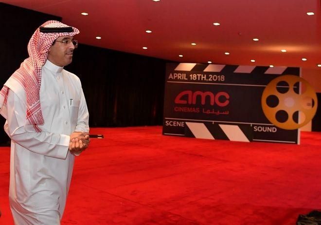 Ο Awwad Alawwad, ο υπουργός Πολιτισμού της Σαουδικής Αραβίας ξεναγεί τους καλεσμένους της πρώτης κινηματογραφικής προβολής στη χώρα μετά από 35 χρόνια