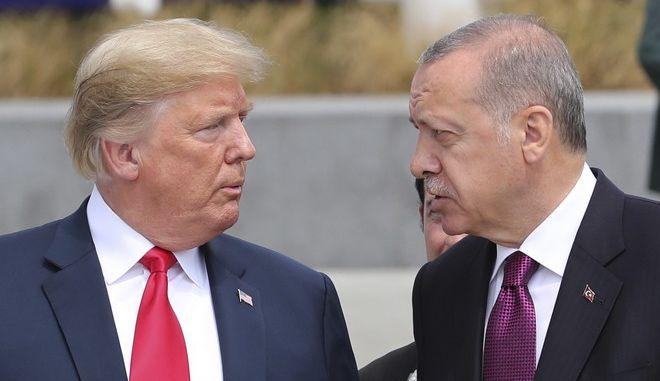 Ο Αμερικανός πρόεδρος Ντόναλντ Τραμπ και ο Τούρκος πρόεδρος Ρετζέπ Ταγίπ Ερντογάν σε συνεδρίαση του ΝΑΤΟ στις Βρυξέλλες