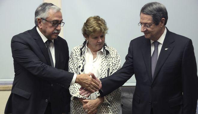 Ο Τουρκοκύπριος ηγέτης Μουσταφά Ακιντζί, η απεσταλμένη του γγ του ΟΗΕ Τζέιν Χολ Λουτ και ο πρόεδρος της Κυπριακής Δημοκρατίας Νίκος Αναστασιάδης