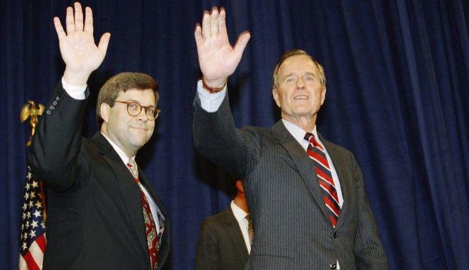 Στιγμιότυπο από το 1991 και την ορκωμοσία του Ουίλιαμ Μπαρ ως υπουργού Δικαιοσύνης με τον τότε πρόεδρο των ΗΠΑ Τζορτζ Μπους