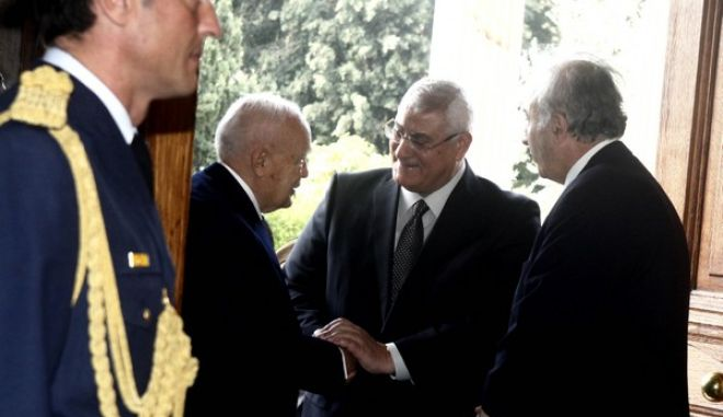 ΑΘΗΝΑ- Πρόεδρος της Δημοκρατίας Κάρολο Παπούλια δέχθηκε τον  μεταβατικό πρόεδρο της Αιγύπτου  Άντλι Μανσούρ.(EUROKINISSI-ΓΙΩΡΓΟΣ ΚΟΝΤΑΡΙΝΗΣ)