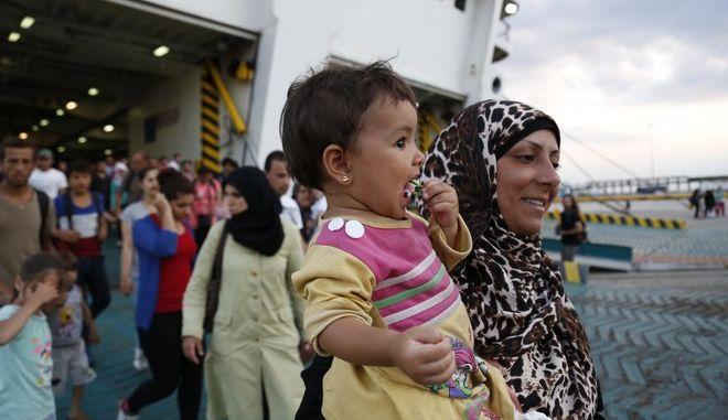"""Άφιξη στο λιμάνι του Πειραιά του επιβατηγού οχηματαγωγού πλοίου """"Ελευθέριος Βενιζέλος"""", το οποίο μετέφερε από τη Μυτιλήνη 2.172 πρόσφυγες από τη Συρία, το απόγευμα της Παρασκευής 21 Αυγούστου 2015. (EUROKINISSI/ΣΤΕΛΙΟΣ ΜΙΣΝΑΣ)"""