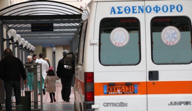 Ασθενοφόρο σε νοσοκομείο