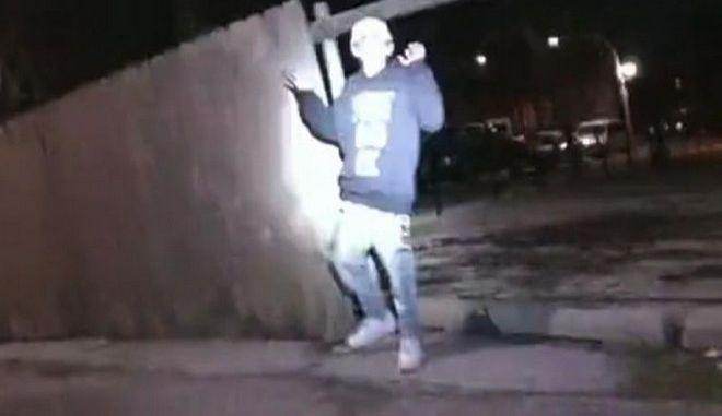 Καρέ από το βίντεο της δολοφονίας 13χρονου από αστυνομικό