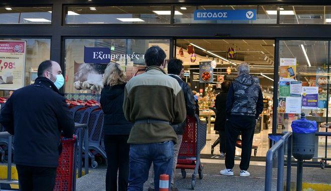 Κόσμος σε σούπερ μάρκετ