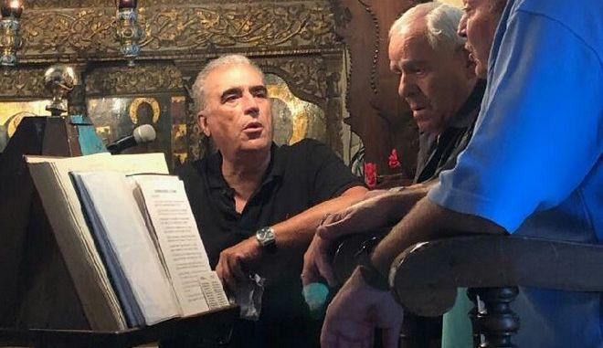 Ο Δημήτρης Ρέππας ψέλνει, ο Θοδωρής Τσουκάτος παρακολουθεί