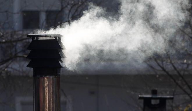 Καπνός βγαίνει από καμινάδα τζακιού
