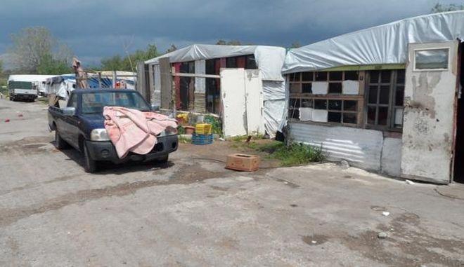 Βόλος: Είχαν τον γιο τους δεμένο με αλυσίδα στην αυλή του σπιτιού τους