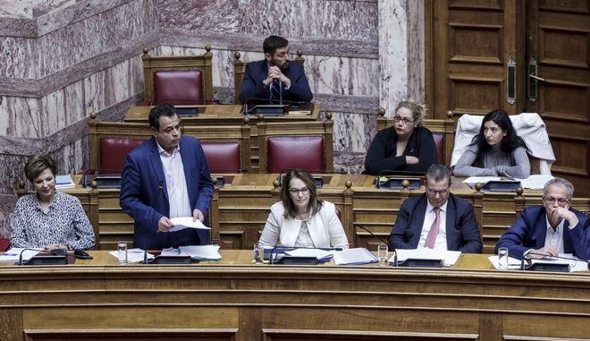 """Συζήτηση και ψήφιση επί της αρχής, των άρθρων και του συνόλου του σχεδίου νόμου του Υπουργείου Εργασίας, Κοινωνικής Ασφάλισης και Κοινωνικής Αλληλεγγύης: """"Ενσωμάτωση στην ελληνική νομοθεσία της Οδηγίας 2014/50/ΕΕ του Ευρωπαϊκού Κοινοβουλίου και του Συμβουλίου της 16ης Απριλίου 2014, σχετικά με τις ελάχιστες προϋποθέσεις για την προαγωγή της κινητικότητας των εργαζομένων μεταξύ των κρατών-μελών με τη βελτίωση της απόκτησης και της διατήρησης δικαιωμάτων συμπληρωματικής συνταξιοδότησης (L128/1 της 30.4.2014)"""", την Πέμπτη 8 Νοεμβρίου 2018.  (EUROKINISSI/ΓΙΩΡΓΟΣ ΚΟΝΤΑΡΙΝΗΣ)"""