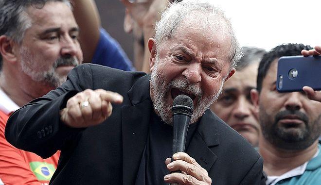 O Λούλα μιλάει σε οπαδούς του