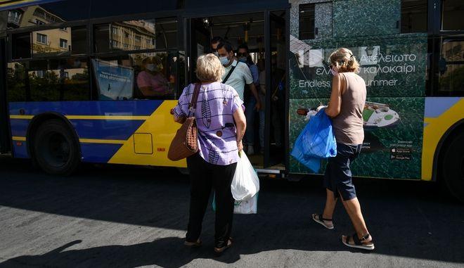 Συνωστισμός σε λεωφορείο εν μέσω πανδημίας.