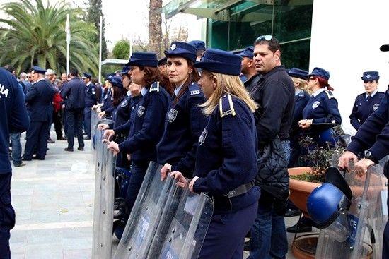 Η ΑΗΚ έκοψε το ρεύμα στην κυπριακή Βουλή: Συμπλοκές, δακρυγόνα και προπηλακισμοί
