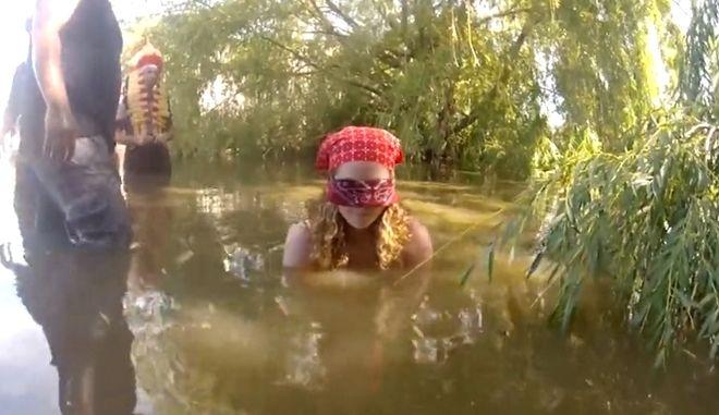 Βίντεο: Φιλούν αλιγάτορες έχοντας καλυμμένα τα μάτια τους
