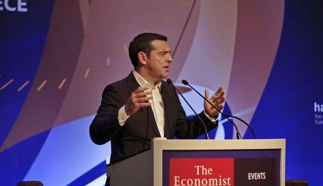 Στιγμιότυπο από ομιλία του Αλ. Τσίπρα σε συζήτηση στρογγυλής τραπέζης του Economist