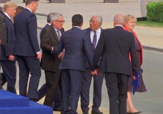 Ο Πρόεδρος της Κομισιόν Ζαν Κλοντ Γιούνκερ, στηριζόμενος από άλλους ηγέτες στη σύνοδο κορυφής του ΝΑΤΟ. Βρυξέλλες 12 Ιουλίου 2018.