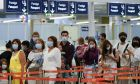 Πολίτες με μάσκες προσπαθούν να προστατευτούν από τον κοροναϊό.