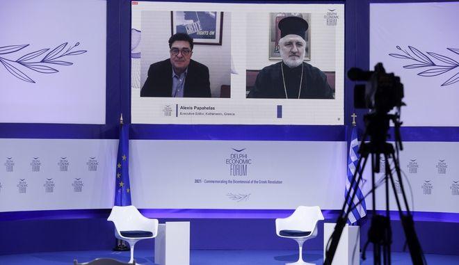 O Αρχιεπίσκοπος Αμερικής συνομιλεί με τον δημοσιογράφο Α. Παπαχελά στο Οικονομικό Φόρουμ Δελφών.