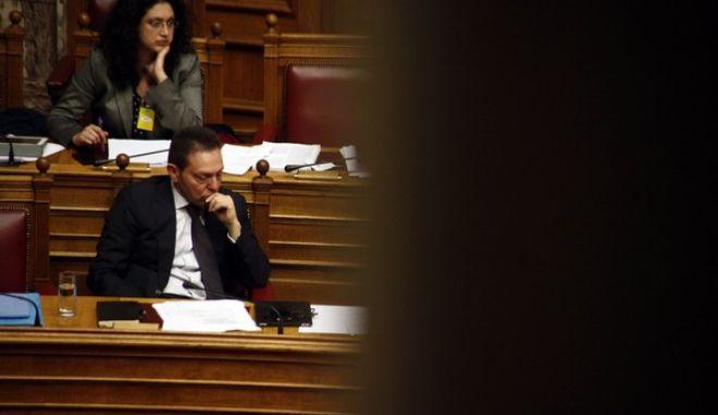 """Ο υπ. Οικονομικών Γιάννης Στουρνάρας σε στιγμές """"χαλάρωσης"""" στην Βουλή κατα την διάρκεια της συζήτησης για τους πλειστηριασμούς το Σάββατο 21 Δεκεμβρίου 2013. (EUROKINISSI/ΓΙΩΡΓΟΣ ΚΟΝΤΑΡΙΝΗΣ)"""