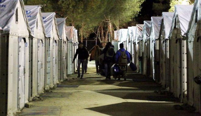 Στιγμιότυπο από την περιοδεία του Υπουργού Άμυνας Πάνου Καμμένου στο κέντρο καταγραφής μεταναστών και προσφύγων στην Μυτιλήνη,Τρίτη 16 Φεβρουαρίου 2016 (EUROKINISSI/ΣΤΕΛΙΟΣ ΜΙΣΙΝΑΣ)