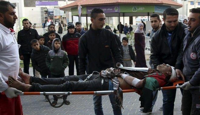 Τραυματίας από ισραηλινά πυρά μεταφέρεται σε νοσοκομείο στη Γάζα