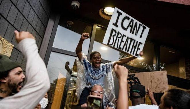 Χιλιάδες διαδηλωτές που απαιτούν δικαιοσύνη για τον 46χρονο Τζορτζ Φλόιντ