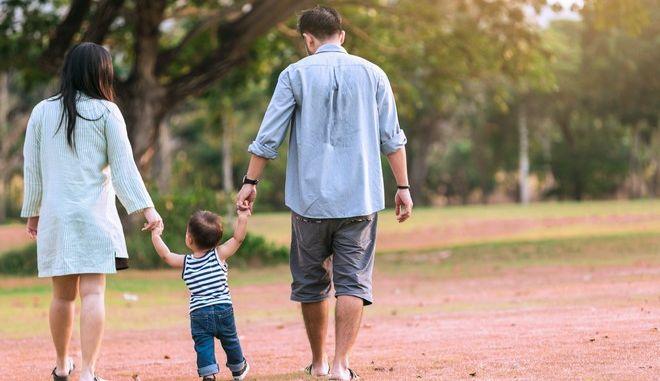 Παιδί μαζί με τους γονείς του