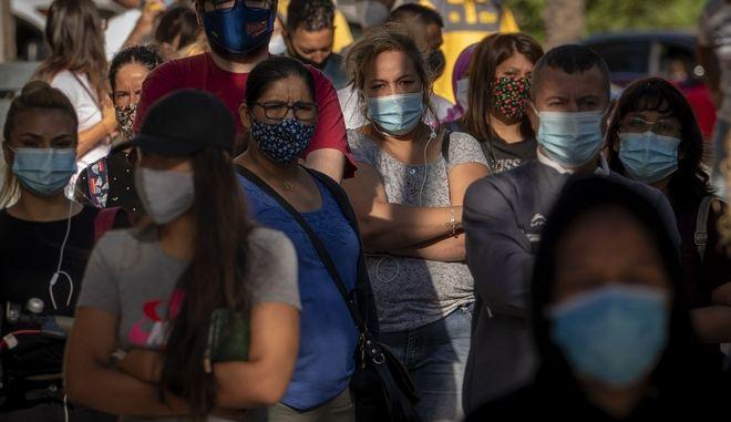 Πλήθος με μάσκες σε δημόσιο χώρο