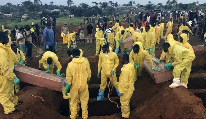 Σιέρα Λεόνε: Σχεδόν 500 νεκροί έχουν ανασυρθεί από τα συντρίμμια της φονικής κατολίσθησης