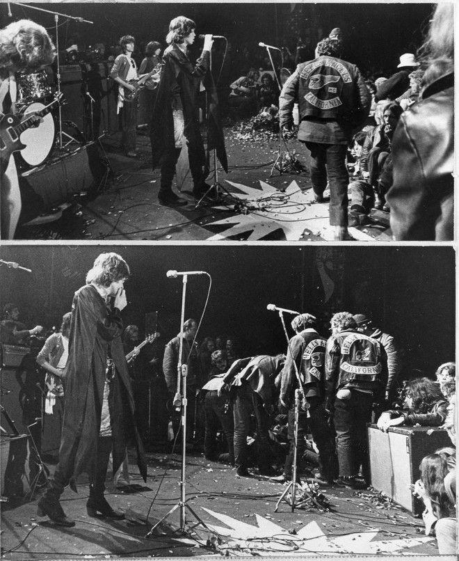 Μέλη των Hells Angels στη σκηνή την ώρα που τραγουδάει ο Μικ Τζάγκερ στο φεστιβάλ του Άλταμοντ, τον Δκέμβριο του 1969