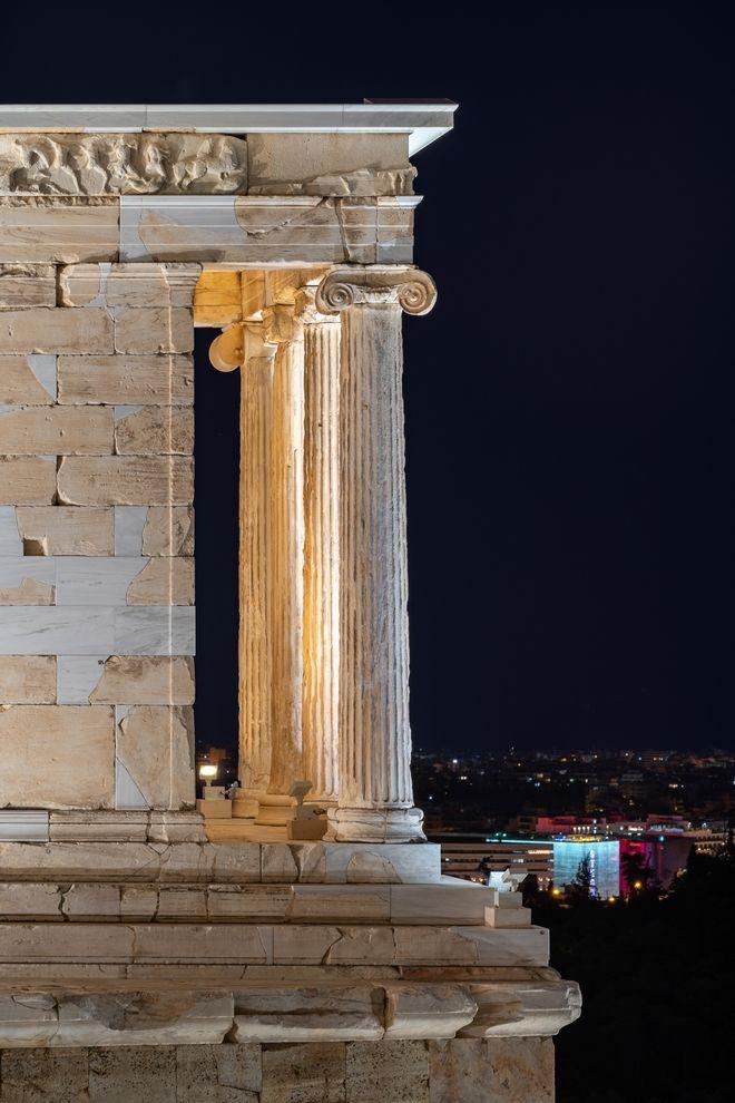 Αποδίδεται την Τετάρτη 30 Σεπτεμβρίου 2020, το έργο της αναβάθμισης του φωτισμού στον Ιερό Βράχο της Ακρόπολης. Πρόκειται για το πρώτο από μια σειρά έργων που πραγματοποιούνται από το Υπουργείο Πολιτισμού και Αθλητισμού με στόχο τη συνολική αναβάθμιση των υποδομών και των παρεχομένων υπηρεσιών της Ακρόπολης με δωρεά και υλοποίηση από το Ίδρυμα Ωνάση. Για πρώτη φορά ο φωτισμός διακρίνει τα μνημεία του Ιερού Βράχου από τα τείχη, αλλά και μεταξύ τους. Συγκεκριμένα, φωτίζονται εκ νέου 9 σημεία: Ο Βράχος, τα Τείχη, ο Παρθενώνας, τα Προπύλαια, ο Ναός της Αθηνάς Νίκης, το Ερέχθειο, το Θέατρο του Διονύσου, η Στοά του Ευμένους, το Διονυσιακό Ιερό. Η μελέτη του φωτισμού περιλαμβάνει πέντε ακόμα μνημεία, τα οποία φωτίζονται για πρώτη φορά: Το μνημείο του Θρασύλλου, τους Χορηγικούς Κίονες, το Ασκληπιείο και τα σπήλαια του Απόλλωνος και της Αγλαύρου / Κλεψύδρα, καθώς και το Ιερό της Αφροδίτης.  Η μελέτη για τον φωτισμό της Ακρόπολης δεν περιορίστηκε στο αισθητικό μέρος, αλλά συμπεριλαμβάνει τη σημαντική αναβάθμιση των υφιστάμενων υποδομών με τον εκσυγχρονισμό της ηλεκτρολογικής εγκατάστασης και του συστήματος αυτοματισμού και ελέγχου των φωτιστικών σωμάτων. Αναδεικνύει το σύνολο του Ιερού Βράχου, τα Τείχη, τον όγκο και τη γεωμετρία κάθε μνημείου, από κάθε πιθανό σημείο θέασης. Τα μάρμαρα, πιο λευκά από ποτέ, αντανακλούν κάθε πτυχή, κάθε γεωμετρικό σχήμα, κάθε φυσικό υλικό, τονίζοντας το ανάγλυφο της διακόσμησης κάθε μνημείου.  (EUROKINISSI/ΥΠ. ΠΟΛΙΤΙΣΜΟΥ/GAVRIIL PAPADIOTIS)