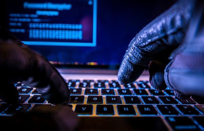 Χάκερ μπροστά σε υπολογιστή