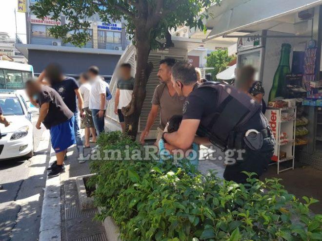 Λαμία: Της έκοψε τον λαιμό με ξυράφι μέσα σε κεντρική πλατεία