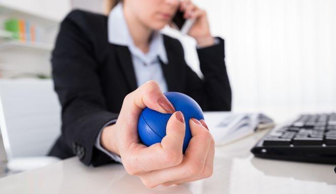 Μπάλα αντιστρές στα χέρια εργαζομένου