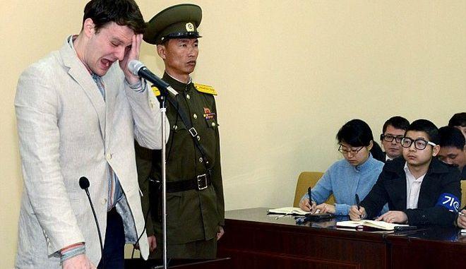 Βόρειος Κορέα: Καρέ - καρέ η στιγμή της κλοπής της σημαίας, που καταδίκασε φοιτητή σε 15 χρόνια καταναγκαστικής εργασίας