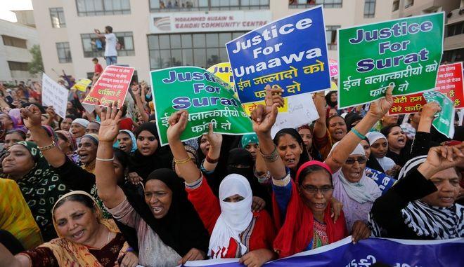 Γυναίκες στην Ινδία διαδηλώνουν ενάντια στα πρόσφατα περιστατικά βίας