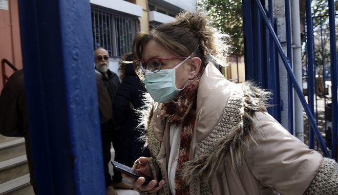 Γυναίκα με μάσκα σε σχολείο στη Θεσσαλονίκη