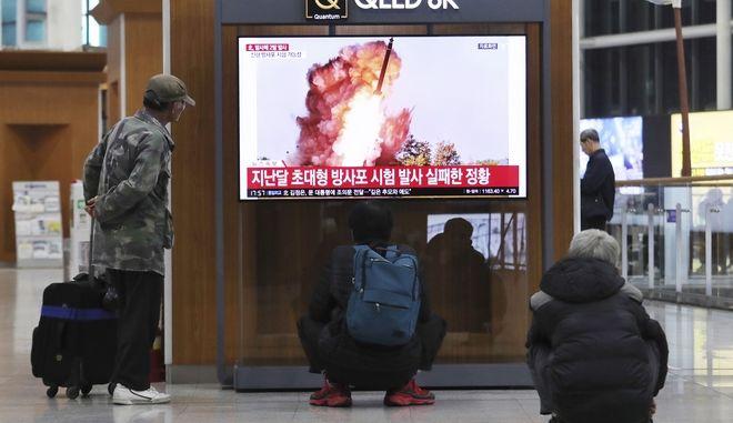 Πολίτες της Νότιας Κορέας παρακολουθούν δοκιμή βαλλιστικού πυραύλου από τη Β. Κορέα τον Οκτώβριο του 2019