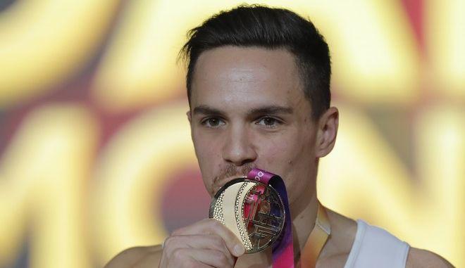 Ο Λευτέρης Πετρούνιας φιλάει το νέο χρυσό μετάλλιο που πρόσθεσε στη συλλογή του, από το Παγκόσμιο πρωτάθλημα ενόργανης της Ντόχας