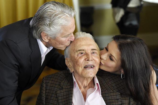 Ο Κερκ Ντάγκλας με τον γιο του Μάικλ Ντάγκλας και τη νύφη του Κάθριν Ζέτα Τζόουνς