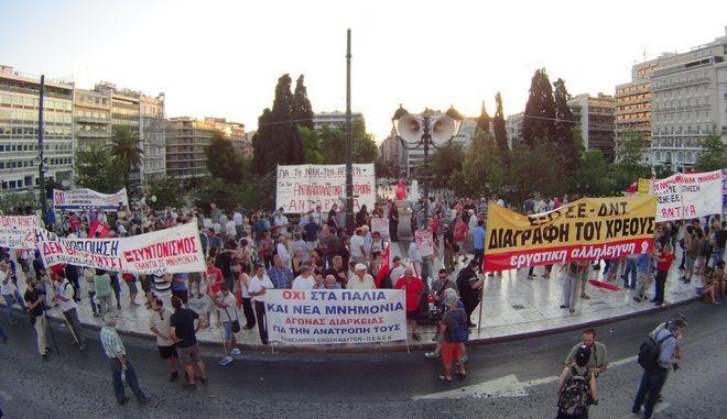 Συλλαλητήριο στο Σύνταγμα από την ΑΔΕΔΥ,  με αφορμή τη συμπλήρωση ενός χρόνου από το δημοψήφισμα του περασμένου καλοκαιριού, τη Τρίτη 5 Ιουλίου 2016. (EUROKINISSI/ΓΙΩΡΓΟΣ ΚΟΝΤΑΡΙΝΗΣ)
