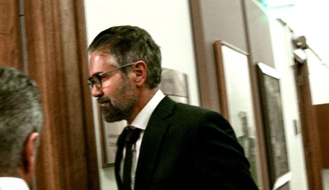 Ο Κωνσταντίνος Φρουζής εισέρχεται στην αίθουσα όπου συνεδριάζει η Προκαταρκτική Επιτροπή της Βουλής σχετικά με τη διερεύνηση αδικημάτων που τυχόν έχουν τελεσθεί από τον πρώην Αναπληρωτή Υπουργό Δικαιοσύνης ΔημήτρΗ Παπαγγελόπουλο κατά την άσκηση των καθηκόντων του, την Τρίτη 12 Νοεμβρίου 2019.