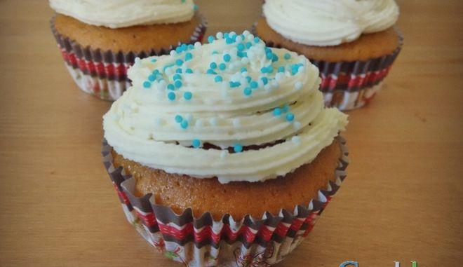 Αφράτα και αρωματικά cupcake με γλυκιά κολοκύθα και frosting τυριού κρέμα