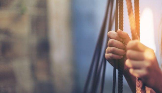 """Εξαρθρώθηκε κύκλωμα """"Trafficking"""" - Θύμα τους ακόμα και ανήλικη"""