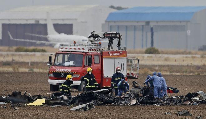 Πυροσβεστικά οχήματα στο σημείο όπου συνετρίβη αεροσκάφος στο Torrejon της Ισπανίας